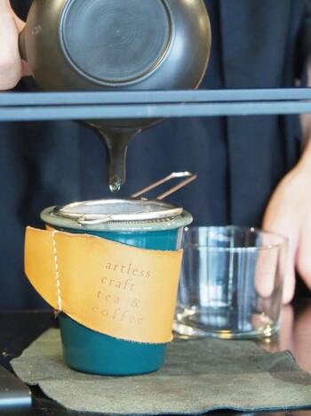 カップは紙コップとマグカップから選べます。オリジナルの革製カップホルダーもおしゃれですね。数は少ないですがカウンター席も用意されています。平日は予約OKなので、気になる方はぜひ!ほうじ茶、日本茶好きの方はもちろん、コーヒー好きの方にもおすすめです。