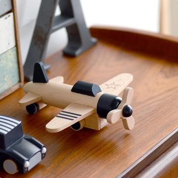 置いておくだけでもおしゃれな、プロペラが付いた飛行機のおもちゃです。送った当初はオブジェとしても使えて、成長に伴って少しずつ使えるようになるアイテム。男の赤ちゃんへの出産祝いにおすすめです。