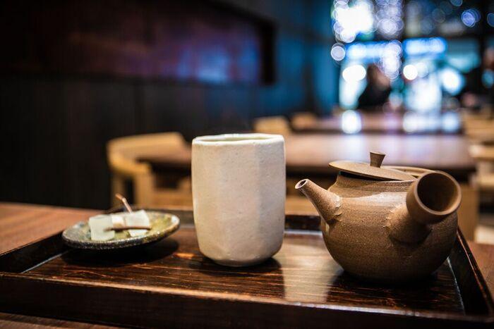 やさしい味わいと香ばしい香りが特徴のほうじ茶。香りをかぐだけで、なぜだか自然と癒されますよね。今回はそんなほうじ茶やほうじ茶スイーツが楽しめる、都内のおすすめカフェをご紹介します。ほうじ茶タイムを盛り上げるべく、素敵な空間のカフェをまとめました。
