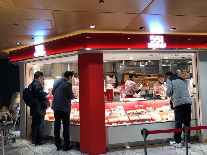 大阪人だけではなく、関西の人々のソールフードといえば、「551蓬莱」!関西圏以外に店舗は出店していないため、レア感たっぷり。出張帰りや観光客のお客さんでいつも行列ができる人気ぶり。