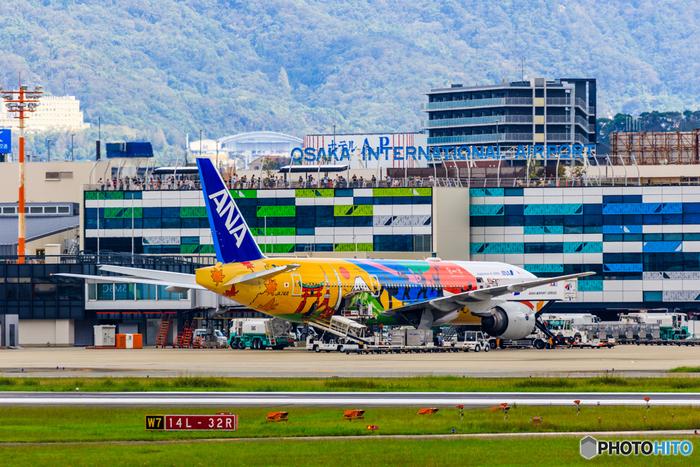 """正式名称「大阪国際空港」は、伊丹空港、または大阪空港の名で親しまれています。1994年の関西国際空港の開港まで国際空港として活躍し、現在は国内線専用の空港として多くの方々が利用しています。 そんな伊丹空港では""""もっと快適に、もっとワクワクする空港になるために。心おどるITAMIへ""""をテーマに大規模なリニューアル工事が進んでいます。"""