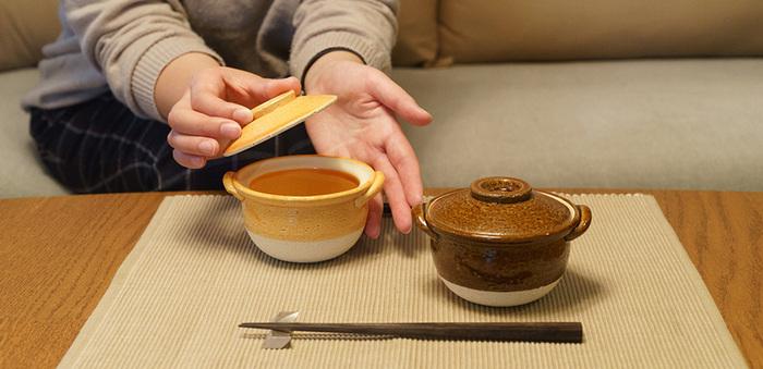 伝統的な伊賀焼の窯元「長谷園」で作られた、手のひらサイズのかわいい土鍋。直火はもちろん、電子レンジ、オーブン、トースターでの調理ができるので、少量のおかずの調理や、一人分のおかゆやスープを温めたりと大活躍。冬の食卓にあつあつのおいしさを運びます。