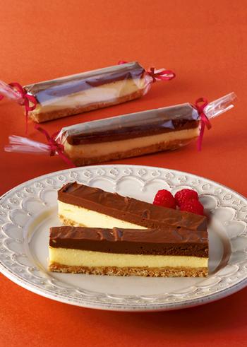 2層のコントラストが目を引くスティックチーズケーキ。細くカットして1つずつ包めば友チョコにも最適です。アラザンなどをデコレーションして華やかに仕上げるのもおすすめ◎