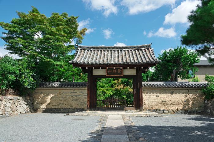 JR嵯峨嵐山駅から徒歩5分の場所にある「鹿王院」は重要文化財を多く持ち、観光客が多すぎず落ち着いて拝観できると評判のお寺です。境内にある宿坊に泊まれば拝観料が免除になるので、お得に旅することができますよ♪