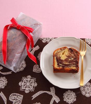 こちらはマーブル模様がきれいなケーキ。ボウルでマーブルにしてから型に流し入れるので、きれいな模様がでやすいです。ラッピングして渡す時は、カットしてマーブル模様を見せるようにするのがおすすめです♪