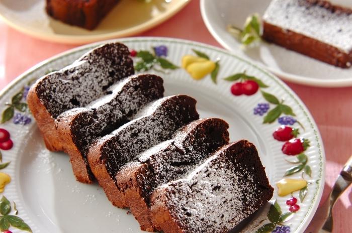 こちらは牛乳パックで作るチョコレートケーキのレシピ。パウンドケーキ型がない時でも安心ですね!濃厚なチョコの味わいがバレンタインにぴったり。粉糖のデコレーションがおいしそうに見せるポイントです。