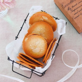 薄いクッキーでガナッシュを挟んだクッキーです。クッキーはスプーンで伸ばして作るので意外と簡単に作れます。焦げやすいのでオーブンの前で焼きあがりを見張っておくと◎
