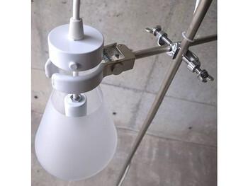 このFLASKは、白く曇らせたように加工することで通常の光よりも抑え気味にお部屋を照らしてくれます◎まるで、実験をしているかのような雰囲気が漂っていますよね*