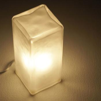 厚みのあるガラス素材の間接照明「Frosty block lamp」は、内側から灯した光がフロント加工によって温かみのある光を放ち、お部屋のどこにでも置くことができるシンプルなデザインが魅力のランプとなっています*