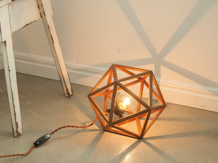 ちょっと変わったデザインの間接照明をお探しなら、おしゃれなフレーム型「CONFETTI」は、いかがでしょうか。三角を組み合わせて作ったウッド調のこのランプは、フレームが影になることで優しい光を放ちます◎