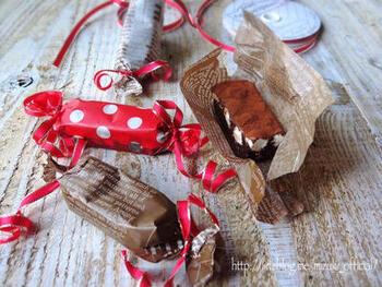 ワックスペーパーを使ったキャンディ包みは、手軽にできるのにしっかりおしゃれになる個包装です。 ひねった両端はリボンを巻いても、シンプルにそのままでも良いですね。