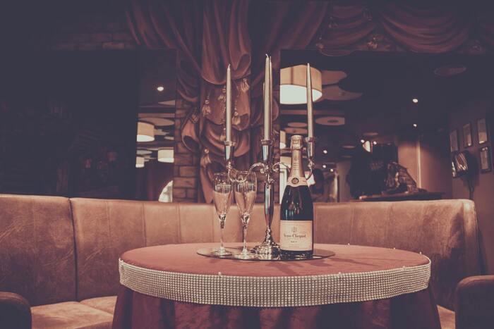 イギリス・フランスの合作映画「コックと泥棒、その妻と愛人」は、高級フレンチレストランを舞台にした映画です。料理は、イタリア人シェフのジョルジオ・ロカテッリが。衣装はジャンポール・ゴルチエが手掛けたことでも話題になりました。
