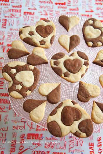 見た目も楽しいこちらのクッキーは、パズルのようにクッキー生地を入れ替えて2色の模様に仕上げて作ります。子供と一緒に楽しみながら作ってもいいですね。