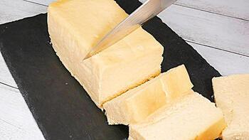 酒粕で芳醇な風味をアレンジした、大人のための濃厚チーズテリーヌです。チーズと酒粕が絶妙に馴染んで、とても美味しいんですよ。