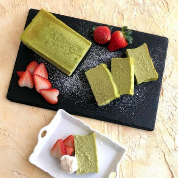 抹茶のチーズテリーヌは、ちょっぴり変わったチーズスイーツが欲しいときにおすすめ。優しいグリーンが可愛らしく、赤いイチゴを添えれば、きれいなコントラストが映えますね。日本茶にもよく合うスイーツです。