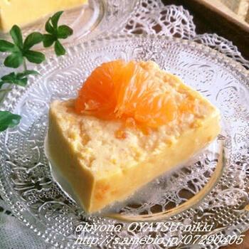 とてもやわらかいみかんのチーズテリーヌです。粗熱をとって、しっかりと冷ましてからカットすれば、きれいな断面が出せますよ。