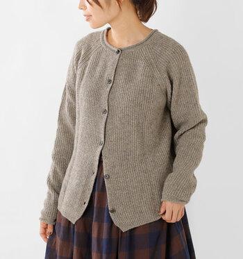 畔編みのウールニット素材で、温もり感のある雰囲気に仕上げています。前ボタンで着用すれば、どんなテイストにも合わせられる万能羽織りとして大活躍♪