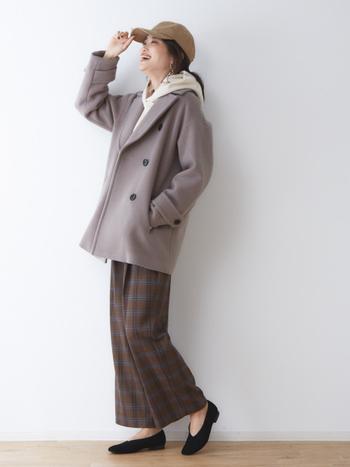 アイボリーカラーのパーカーを、グレーのコートに重ねたコーディネート。フードをコートの外に出すことで、もたつくことなく着こなせます。チェック柄のワイドパンツも色味を抑えて、大人カジュアルな着こなしに。