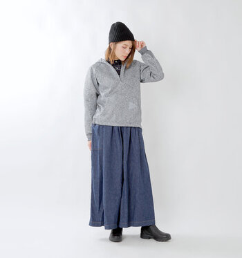 首元にジップがついたパーカーなら、インナーの見せ加減を調節できます。ロング丈のデニムスカートにチェック柄のシャツを合わせて、カジュアル×ナチュラルのミックスコーデが完成です。