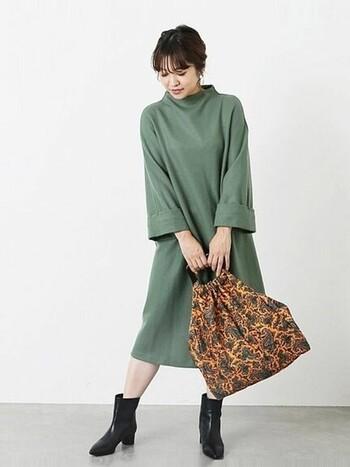無地のワンピースには、柄もののバッグがぴったり。バッグのデザインによっていろんなテイストでワンピを着こなせます。