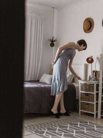 仕事中でも家にいても、何かを拾ったり下のほうにあるものを取ろうとする等、「屈む」ことがありますよね。屈む動作はスクワットの要領でまっすぐに腰を落とし、意識的に太腿を鍛える運動に変えましょう。