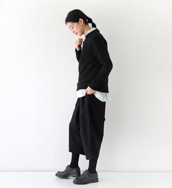 黒のニットにゆったりワイドパンツを合わせたスタイリッシュなコーディネート。全身を黒で揃えつつ、襟元と裾から覗かせたシャツは、薄いグリーンでアクセントをプラスしています。ちょっぴりメンズライクで、クールなスタイリングですね。