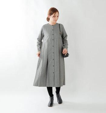 どんな場面でも着やすいグレー。ブラックのアイテムと組み合わせれば、お出かけにもOKのコーディネートに。