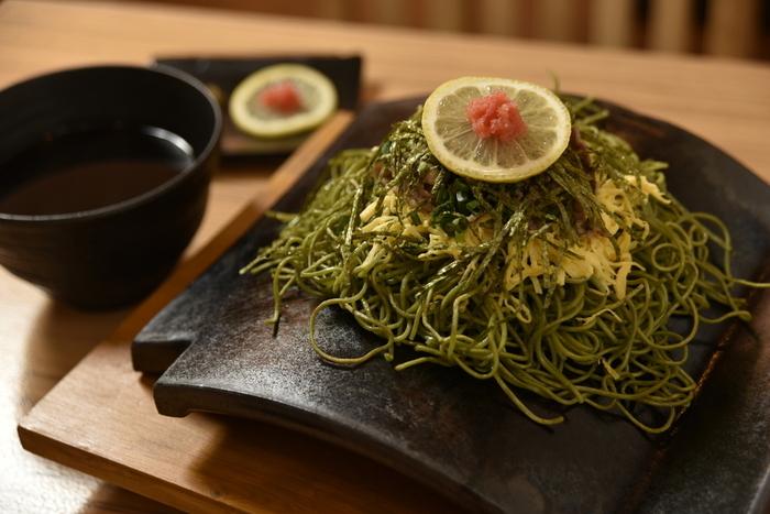 都内では珍しい山口県の郷土料理、瓦そばを提供する「瓦.Tokyo」。熱々の瓦に茶そばが乗った状態で提供され、温かい麺つゆにつけていただきます。瓦に触れている部分の麺はパリパリ香ばしく、他の部分はもちもちとした食感。食感の豊かさと茶そばの香りをたっぷり楽しめますよ。