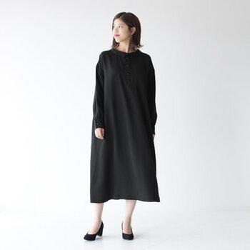 ワンピースの一着目として持っておきたい定番の黒。きれいめに着こなせます。重たい印象になりやすいので、肌を見せる面積を増やしたり、華やかなアクセサリーをつけましょう。