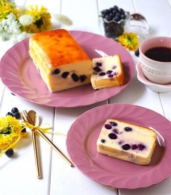 ブルーベリーを混ぜ込んだチーズテリーヌです。カットしたときの鮮やかな色味がとてもきれいですね。爽やかな酸味がほどよいアクセントになります。