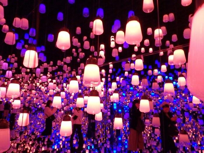 館内は10,000平方メートルにもなる広大なフロアで構成されています。「ランプの森」は幻想的に輝く無数のランプがある空間で幻想的な体験ができます。フロアマップは用意されておらず、自由にフロア内を行き来することができます。