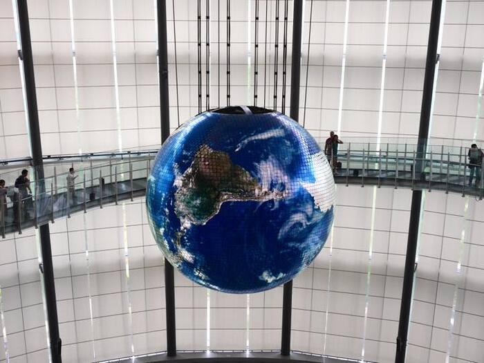 大きな美しい地球が浮かんでいるエリアでは、ARやオンラインを使い楽しく、詳細に地球について学ぶことができます。 Geo-Cosmos (ジオ・コスモス)を使った上映展示も楽しむことができます。