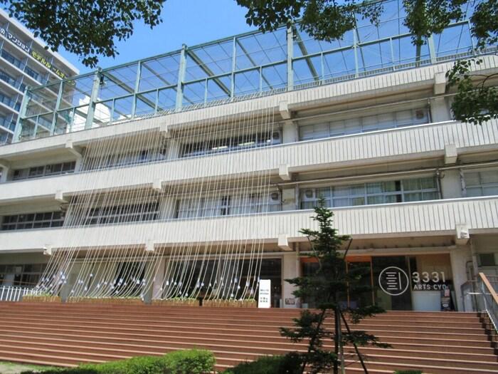 千代田区の旧練成中学校跡を使って作られた文化施設です。秋葉原やお茶の水からも徒歩圏内です。元々学校施設だっただけに地下1階、地上3階と大変広い建物内は様々な文化交流の場として使われています。