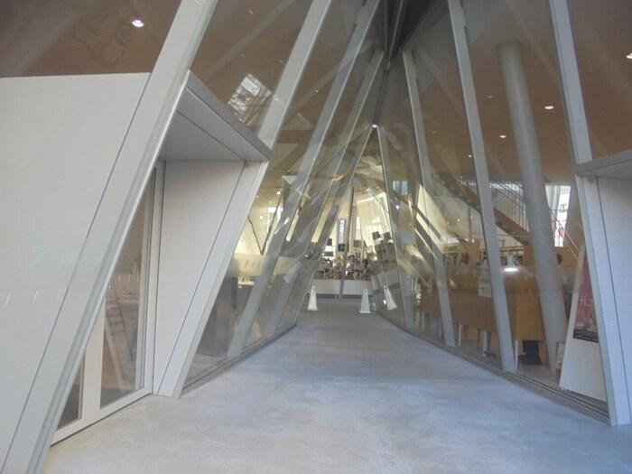 建物のデザインは建築家である「妹島和世」さんによるものです。美しくスタイリッシュな姿は遠くからでも目を惹く施設となっています。常設展示と企画展が行われていることが多く、様々な歴史や文化を学ぶことができます。