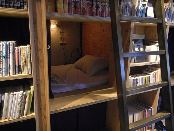 隠れ部屋のように作られたお部屋。用意されているお部屋は本棚の中で眠れる空間か、自分だけの部屋を体感できるお部屋の2種類あり、更に広さ別に選ぶことができます。