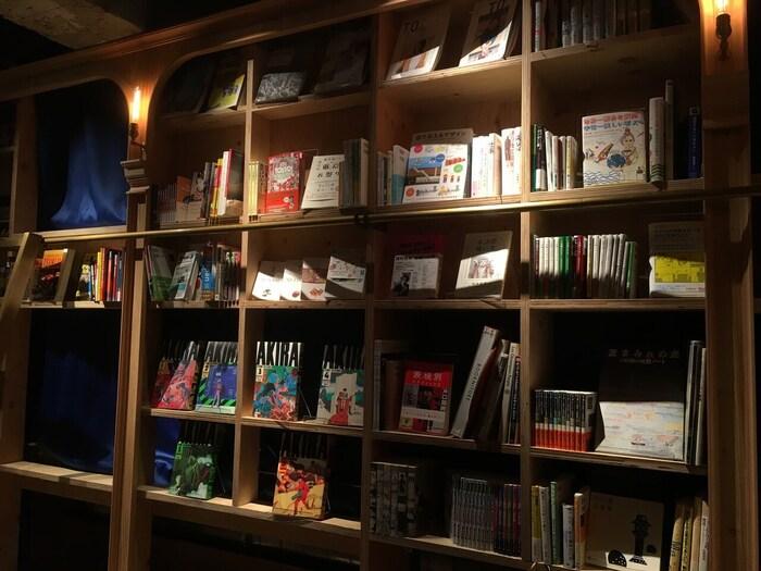 大きな本棚にずらりと並べられた書籍たち。ジャンルは小説、漫画などから絵本、外国書籍、写真集などかなりの種類が揃っています。宝物を探す感覚で好みの本と出合えますよ。