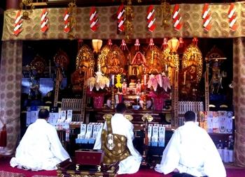 本堂や仏壇の前などで、ご本尊に向かいお経を唱えたり礼拝を行うこと。宗派により唱えるお経や作法は異なりますが、読経に耳を傾けたりこころを集中させることで、気持ちをリフレッシュさせることができます。