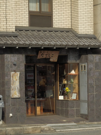 """京阪電車・祇園四条駅から八坂神社方面へ向かって徒歩約12分の場所にある「遊行庵」。自然とこころとの触れ合いを深めることで""""本来の自己に回帰""""できる場を作りたいとの思いから生まれました。宿泊すれば平家物語ゆかりの地と名高い長楽寺を自由に拝観できます。"""