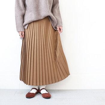 起毛素材で作られたプリーツスカートは、クラシックで優等生な雰囲気です。暖かみと適度な艶感が季節らしさを感じさせてくれます。