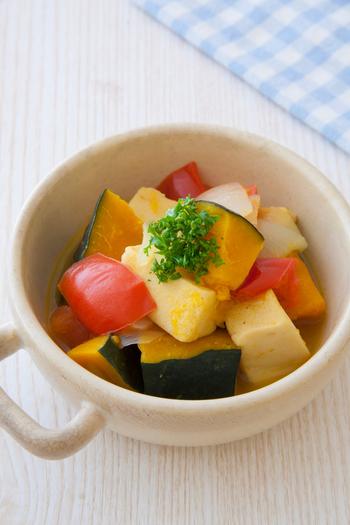 普通の煮物に飽きたら、洋風にしてみるのはいかがですか?野菜もたっぷり摂れて、栄養バランスはばっちりです。彩りも綺麗ですね♪