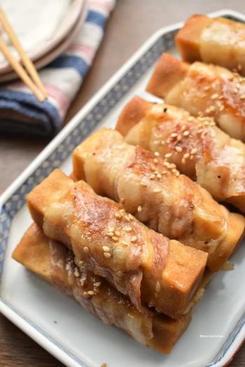 麺つゆを吸わせた高野豆腐に、豚バラを巻いて焼くだけの簡単レシピです。醤油やみりんの甘辛い味つけとお肉で、ご飯が進む一品です。食卓のメインにどうぞ!