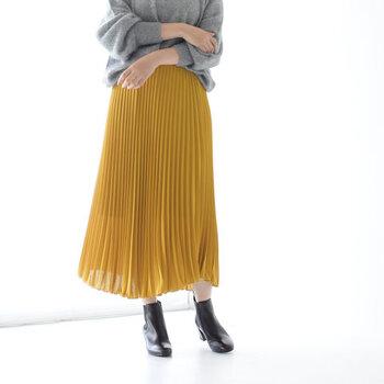 しなやかに揺れるアコーディオンプリーツが繊細で華やかなスカートです。ダウンで暖かい分、スカートで軽さを出しても素敵です。春先まで使えそうなデザインも◎。