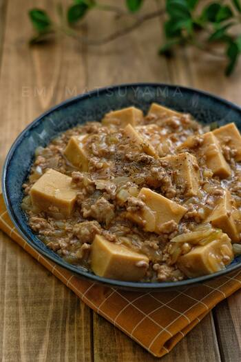 とろみのあるあんが絡んで、寒い季節にぴったりの一品です。オイスターソースやごま油で、中華風の味わいになっています。ご飯に載せて丼にしても良いですね!
