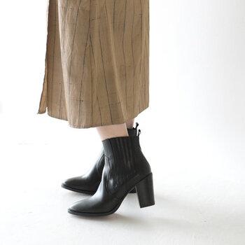 太目のチャンキーヒールで歩きやすいショートブーツです。ウエスタンスタイルで、サイドデザインも美しく上品に見えます。