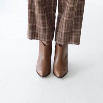 トゥのデザインに工夫があるショートブーツです。履き口正面も浅くV字にカッティングされていて、足をきれいに見せてくれます。