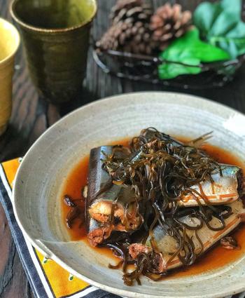 骨までやわらかく煮た秋刀魚。煮魚は大変そうなイメージがありますが、こちらは、圧力鍋を使用し、味付けは塩昆布で簡単に作れるありがた時短レシピです。秋刀魚は、ワタごと煮ても美味しいので、おつまみとしていただく場合はワタありで試してみるのもよいかも。