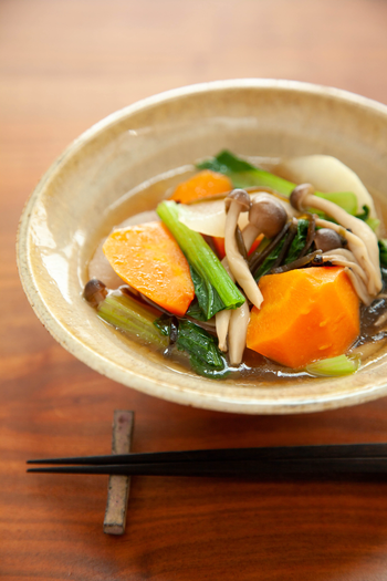 大きめにカットした大根、人参、小松菜、しめじなど野菜たっぷりのボリューム感もある野菜スープは、寒い日の朝食や、夜食にもピッタリ。味付けは塩昆布で簡単にできるのも嬉しいポイントです。