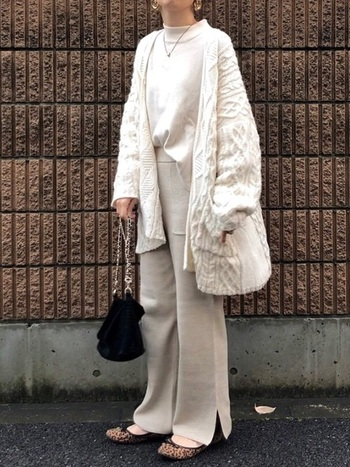 年齢問わず真似しやすいホワイト×ベージュのワントーンコーデです。足元や小物に少しアクセントを入れることで新鮮かつスタイリッシュな着こなしができますよ。