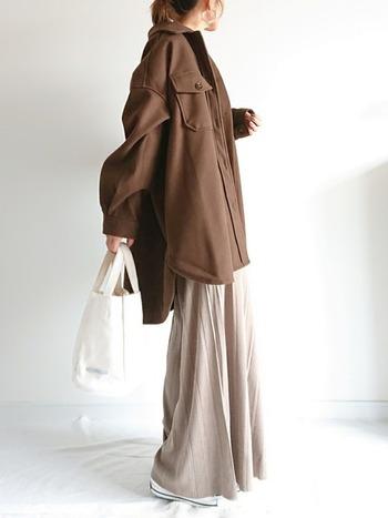 オーバーサイズのジャケットに太めのニットパンツを敢えて合わせることでおしゃれな着こなしが完成です。ジャケットに引き締め色を持ってくることでバランス良く見えますよ。