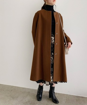 キャメルっぽさもあるダークブラウンのコートはとってもシックなので、インナーも黒のタートル+黒系の柄スカートを合わせてクラシカルに。